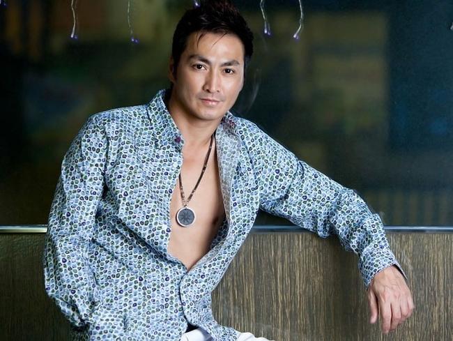 Hà Gia Kính là nam diễn viên nổi tiếng của Trung Quốc. Ở tuổi 57, anh trông vẫn rất phong độ và điển trai.