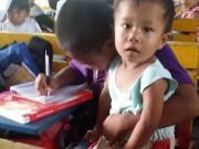 Giáo dục - du học - Cậu bé nghèo bế em đến lớp vì không muốn bỏ học