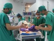 Sức khỏe đời sống - Quảng Ninh: Bé sơ sinh lộ toàn bộ nội tạng ra ngoài