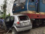 Tin tức trong ngày - Tàu hỏa đâm biến dạng ô tô chở 4 người