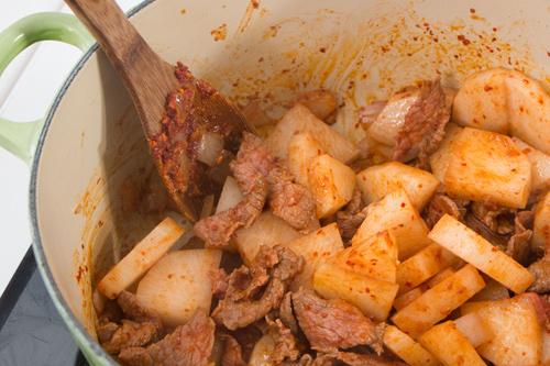 Kích thích vị giác với súp củ cải thịt bò cay kiểu Hàn - 3