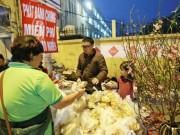 Tin tức trong ngày - HN: Ấm lòng 500 chiếc bánh chưng tặng người nghèo đón Tết