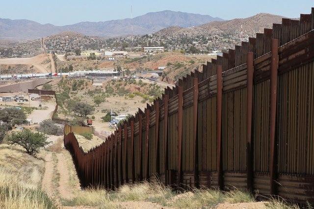 Trump dùng nguyên liệu gì để xây tường biên giới Mexico - 1