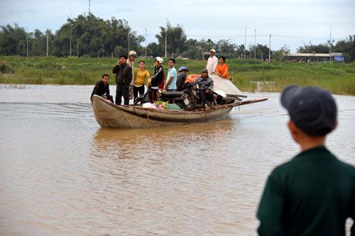 Xót xa cảnh hàng trăm hộ dân Quảng Ngãi đón Tết trong lũ - 3
