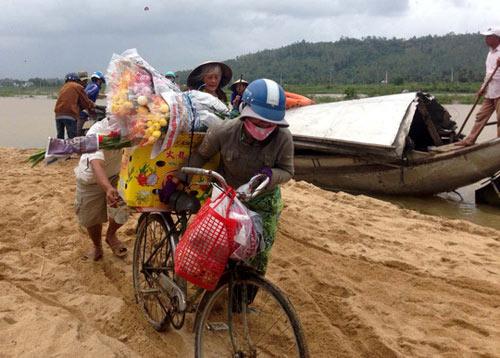 Xót xa cảnh hàng trăm hộ dân Quảng Ngãi đón Tết trong lũ - 2