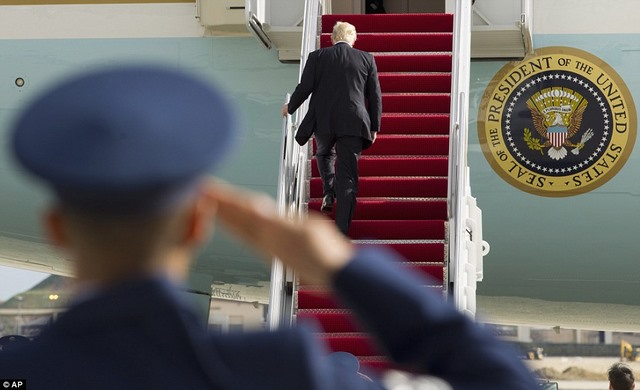Trump lần đầu dùng Không lực Một, quên vẫy tay chào - 1