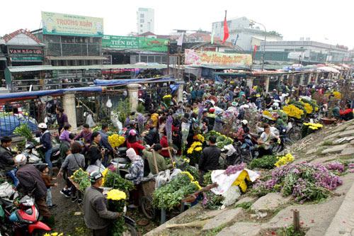 30 Tết, chen chân ở chợ hoa lớn nhất Hà Nội - 1