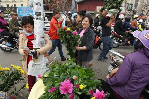 30 Tết, chen chân ở chợ hoa lớn nhất Hà Nội - 10