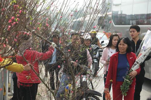 30 Tết, chen chân ở chợ hoa lớn nhất Hà Nội - 15