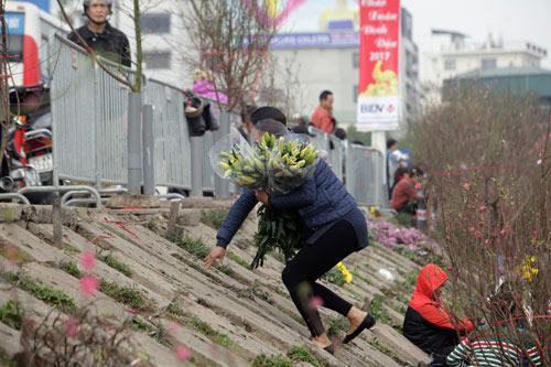 30 Tết, chen chân ở chợ hoa lớn nhất Hà Nội - 14