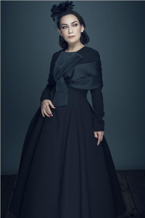 ''Nữ hoàng băng đĩa'' Phi Nhung khác lạ với ren đen huyền bí - 2