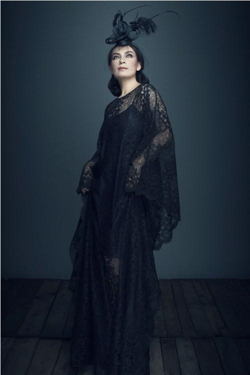 ''Nữ hoàng băng đĩa'' Phi Nhung khác lạ với ren đen huyền bí - 6