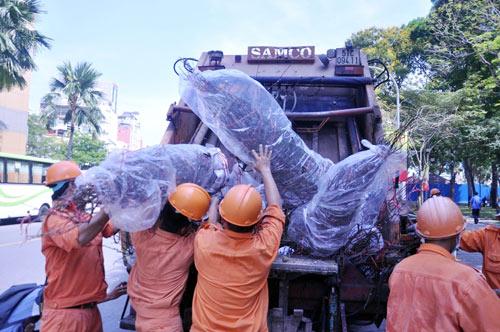 Hàng trăm gốc đào ở SG bị vứt vào xe rác trưa 30 Tết - 11
