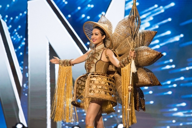 Lệ Hằng siêu ấn tượng, gây tranh cãi tại Miss Universe - 9