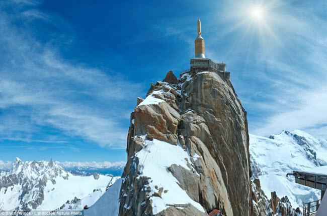 Nằm trên đỉnh núi cách mực nước biển 3.842m,nhà hàng Le 3842 có tầm nhìn tuyệt đẹp ra xung quanh dãy núi Aiguille du Midi ở Pháp.