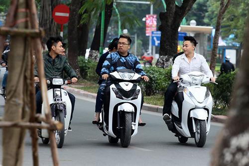 Hà Nội: Người dân vô tư đầu trần diễu phố chiều 30 Tết - 2