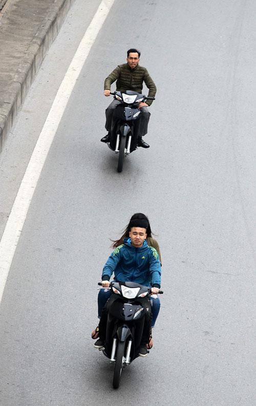 Hà Nội: Người dân vô tư đầu trần diễu phố chiều 30 Tết - 1