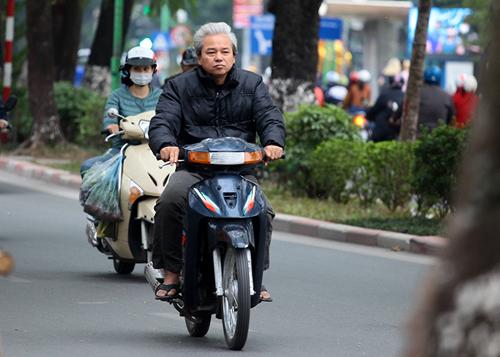 Hà Nội: Người dân vô tư đầu trần diễu phố chiều 30 Tết - 6