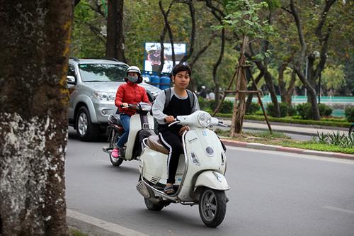 Hà Nội: Người dân vô tư đầu trần diễu phố chiều 30 Tết - 5