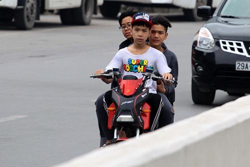 Hà Nội: Người dân vô tư đầu trần diễu phố chiều 30 Tết - 4
