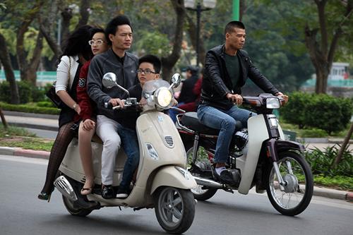 Hà Nội: Người dân vô tư đầu trần diễu phố chiều 30 Tết - 8