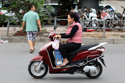 Hà Nội: Người dân vô tư đầu trần diễu phố chiều 30 Tết - 7