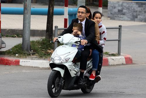 Hà Nội: Người dân vô tư đầu trần diễu phố chiều 30 Tết - 9