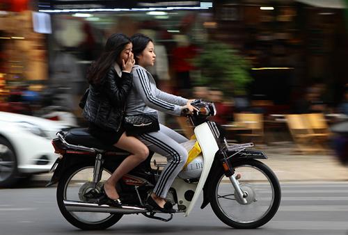 Hà Nội: Người dân vô tư đầu trần diễu phố chiều 30 Tết - 11