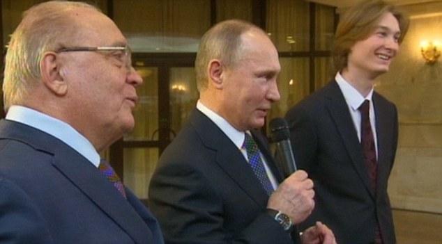 Lần hiếm hoi Putin cầm micro, say sưa hát - 1