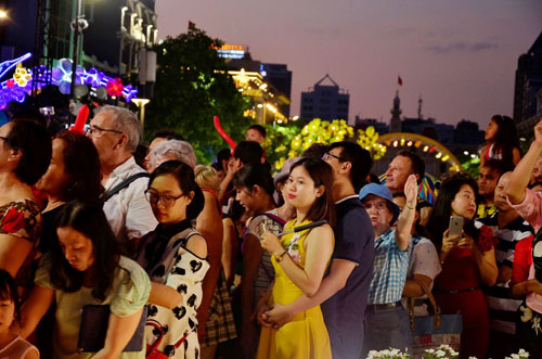 Người Sài Gòn ùn ùn đổ về đường hoa Nguyễn Huệ đón giao thừa - 3