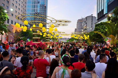 Người Sài Gòn ùn ùn đổ về đường hoa Nguyễn Huệ đón giao thừa - 1