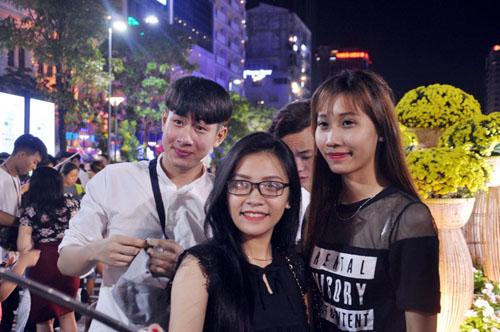 Người Sài Gòn ùn ùn đổ về đường hoa Nguyễn Huệ đón giao thừa - 5