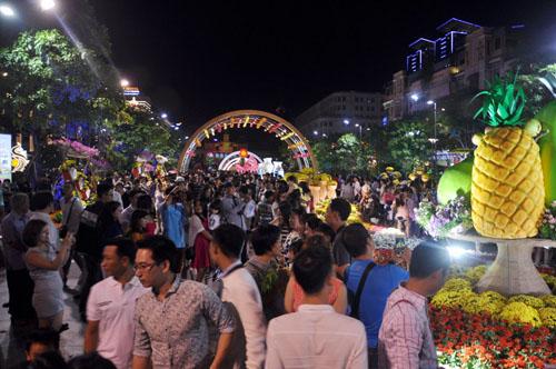 Người Sài Gòn ùn ùn đổ về đường hoa Nguyễn Huệ đón giao thừa - 8