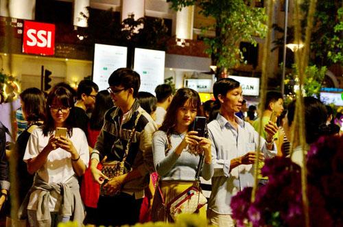 Người Sài Gòn ùn ùn đổ về đường hoa Nguyễn Huệ đón giao thừa - 4