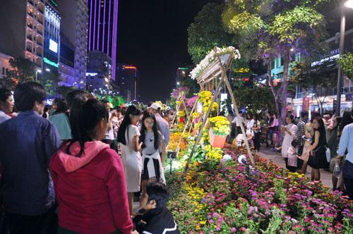 Người Sài Gòn ùn ùn đổ về đường hoa Nguyễn Huệ đón giao thừa - 10