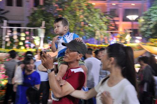 Người Sài Gòn ùn ùn đổ về đường hoa Nguyễn Huệ đón giao thừa - 9