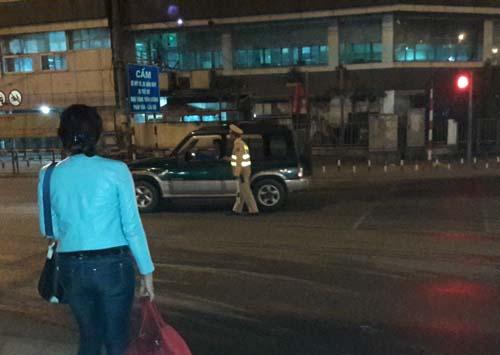 Lỡ xe đêm 30 Tết, người phụ nữ được CSGT đưa về quê - 1
