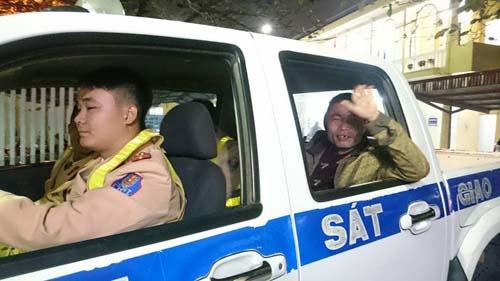 Lỡ xe đêm 30 Tết, người phụ nữ được CSGT đưa về quê - 2