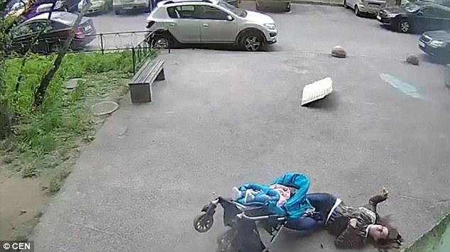 Người mẹ Nga sống sót kì diệu dù bị bê tông rơi vào đầu - 2