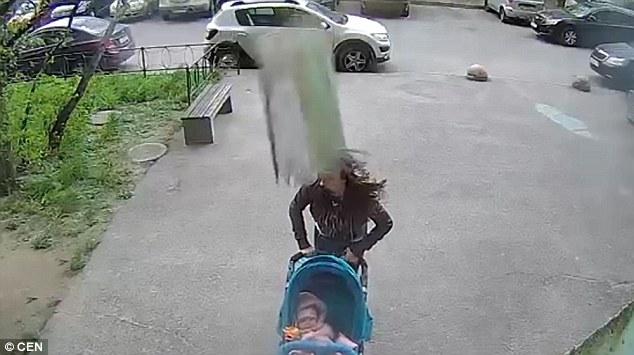 Người mẹ Nga sống sót kì diệu dù bị bê tông rơi vào đầu - 1