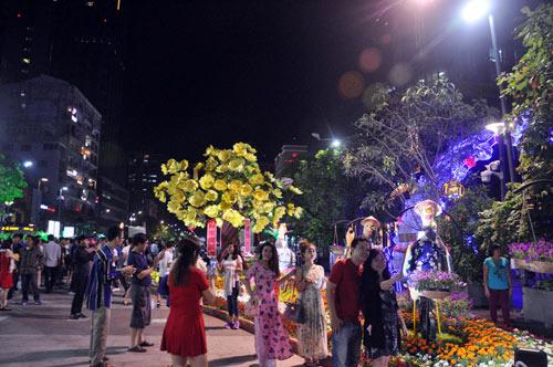 """Đón giao thừa không pháo hoa, người SG hô vang """"Chúc mừng năm mới"""" - 7"""