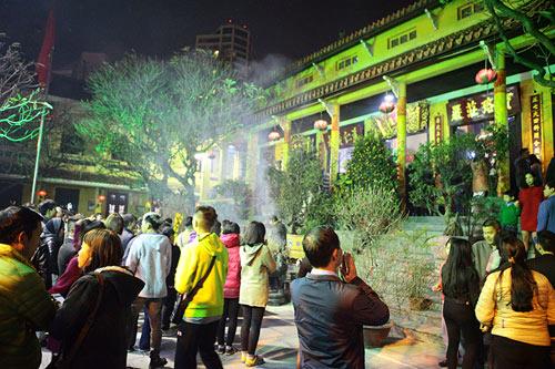 HN: Không bắn pháo hoa, người dân đổ xô đi lễ chùa đầu năm - 2