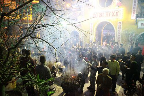 HN: Không bắn pháo hoa, người dân đổ xô đi lễ chùa đầu năm - 1