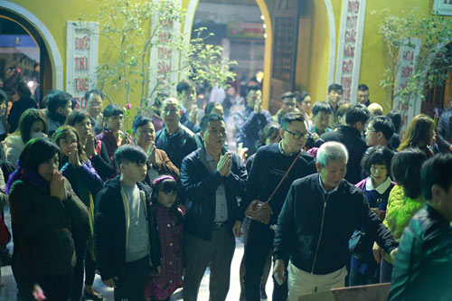 HN: Không bắn pháo hoa, người dân đổ xô đi lễ chùa đầu năm - 3