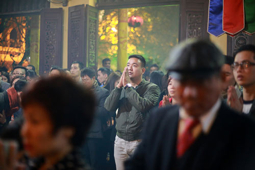 HN: Không bắn pháo hoa, người dân đổ xô đi lễ chùa đầu năm - 8