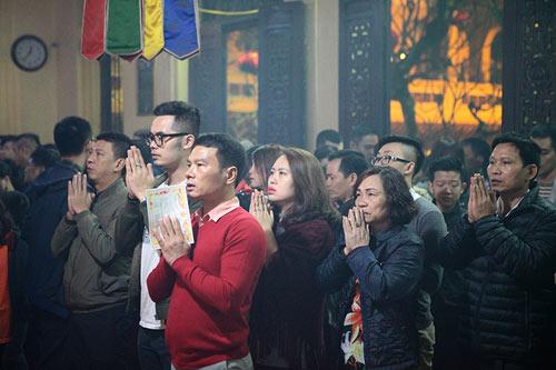 HN: Không bắn pháo hoa, người dân đổ xô đi lễ chùa đầu năm - 4