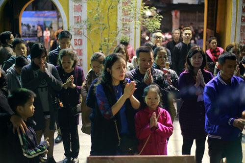 HN: Không bắn pháo hoa, người dân đổ xô đi lễ chùa đầu năm - 5