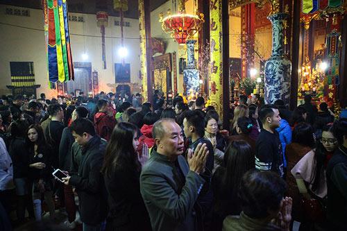 HN: Không bắn pháo hoa, người dân đổ xô đi lễ chùa đầu năm - 6