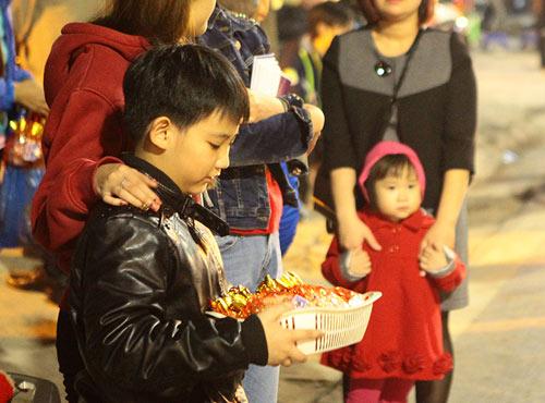 HN: Không bắn pháo hoa, người dân đổ xô đi lễ chùa đầu năm - 10