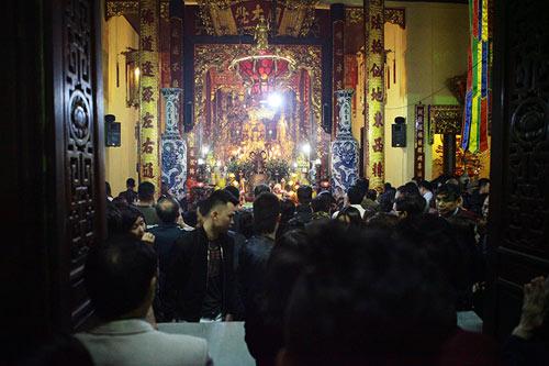 HN: Không bắn pháo hoa, người dân đổ xô đi lễ chùa đầu năm - 7